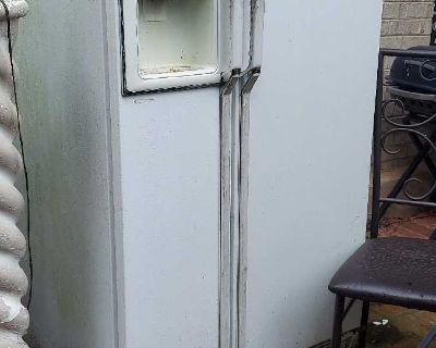 Old refrigerator works other table top appliances too $18