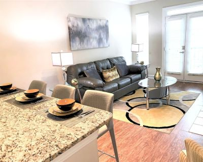Private Suite w/City View!Smart TV's Free Wifi & Parking, Opened Pool - S24 - Midtown