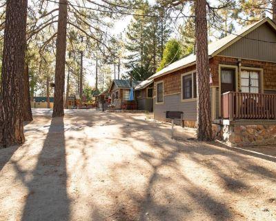 Juniper Cabin Cute/Cozy 1BR Lakeside Couple's Resort Cottage - Big Bear Lake