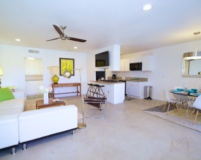 Sparkling 2br/2ba Poolside, Above the Paseo, mid-century redone/Long term - Palm Desert