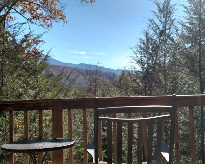 Beautiful Mountain View! WiFi & Linens included. Between Stoplights 1 and 2A - Gatlinburg