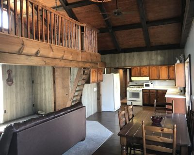 Lake house with large deck and yard and room for your boat trailer - Fairfield Beach