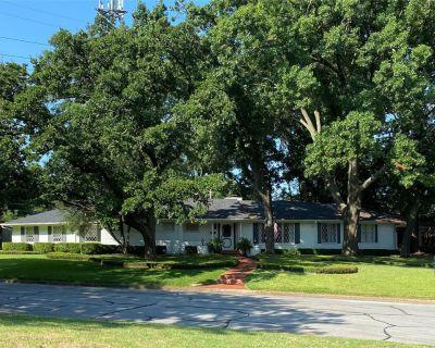 1731 Woods Dr, Arlington, TX 76010