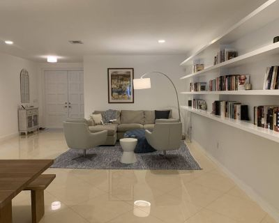 Modern, Comfortable Home With Pool & Gym -- Walkable to Parks & Restaurants - Northeast Coconut Grove