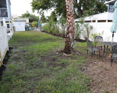 Vintage Coastal Charmer: 3 Bdrms, Den and 3 Baths - add'l bed & bath avlble - Fort Myers Beach