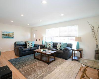 The Meadowlark Manor Spacious Backyard + Hot Tub - Mid-Lakewood
