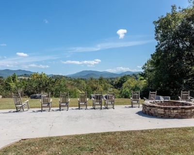 Cades Cove Paradise- Mountain Views, Community Pool & Fire Pit, Private patio - Townsend