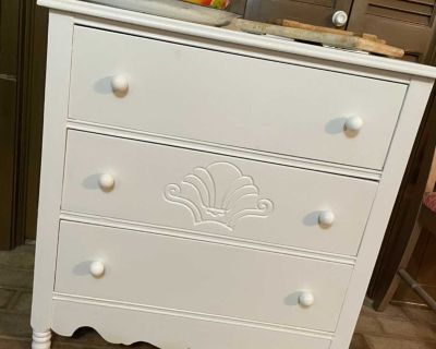 Vintage/wood 3 drawer chest of drawers