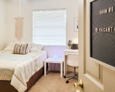 Private room with shared bathroom - Arlington , TX 76012