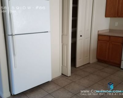 Luxurious 2 story townhome, washer/dryer included!
