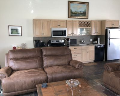 Great golf cottage overlooking 18th hole at Riverhill Country Club, pet friendly - Kerrville
