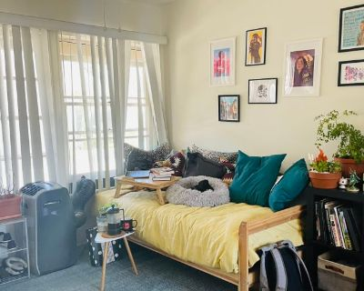 Private room with shared bathroom - Glendale , CA 91205