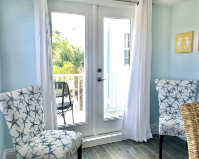 Pier Area Villa newly decorated with King Bed and Private Balcony - Fort Myers Beach