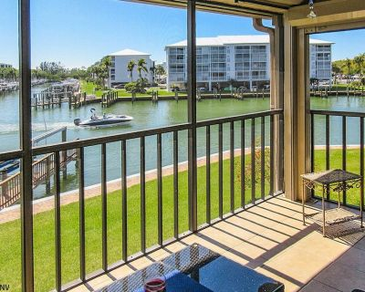 Great Fishing! Palm Trees And Sunshine! Lovely 1B/2B Estero Yacht & Racquet Club Condo On The Bay! Walk to Beach! Heated Pool! - South Island