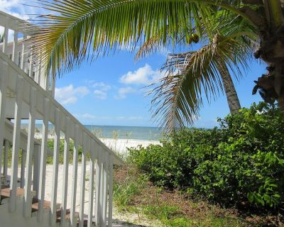 Make Family Memories in Charming Beach Cottage Right On The Sand And Surf! - Mid Island
