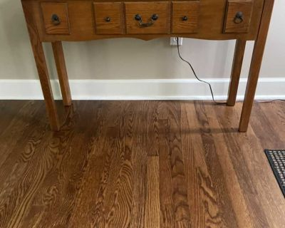Table in excellent condition. - oak.