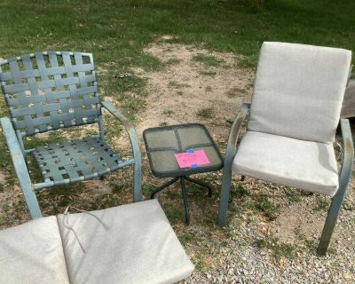 2 chairs, side table and 2 cushions