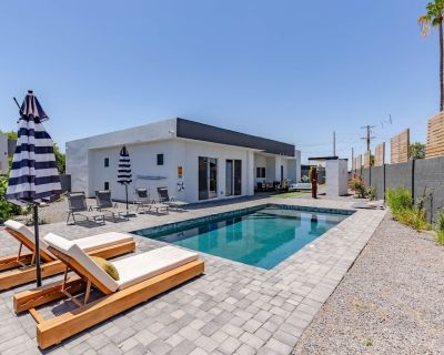 Incredible Home just 5 mins to Old Town! Resort Style Backyard with Pool, BBQ and More! - Cox Heights