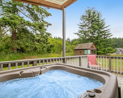 Bright cottage w/ gas fireplace & private hot tub - walk to marina & beach! - Deer Harbor