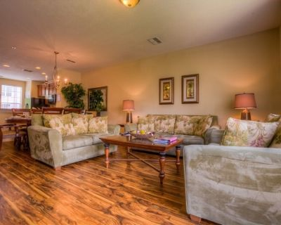 Bright and cheerful, this townhome has everything needed for your vacation! - Orlando