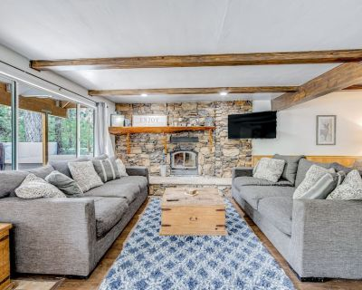 Walk to Lifts & Golf! Two-level Home w/ Private Hot Tub, Deck, Patio & Wifi! - Moonridge