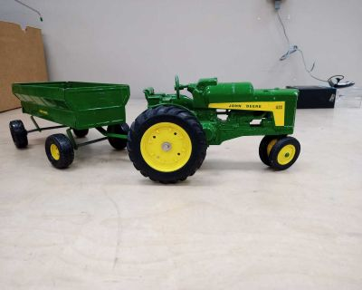 John Deere 630 (toy) tractor and wagon