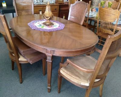 Dining Room Table, 4 Chairs, 2 Leaves and Pads