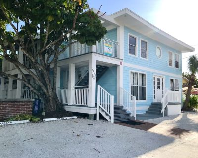 Pier Area Ist Floor newly decorated Villa with King Bed and great Covered deck - Fort Myers Beach
