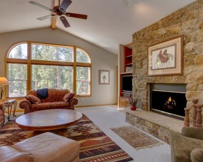 Private Hot Tub, 3-Min to Town, 2-Sided Fireplace, Roomy, Pool Table - by iTrip - Breckenridge Heights