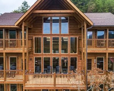 NEW LISTING! Awesome Mountain Sunsets - 5 Bedrooms, 5.5 Baths, Sleeps 16 - Pigeon Forge