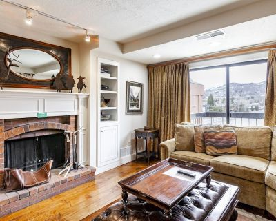Walk to Skiing From a Cheery 1-Bedroom w/ a Wood Fireplace - Downtown Park City