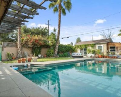 The Grand Califa! Quaint Oasis Home with Casita and Large Private Pool!, North Hollywood, CA