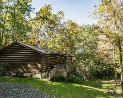 Cozy Log Cabin with 2 Master Suites - Hot Tub - Fireplace - Close to Boone - Fleetwood
