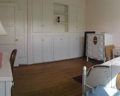 Private room with shared bathroom - Long Beach , CA 90806