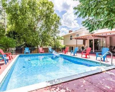 Heated pool All season Private Spacious house King bed - Overland Park