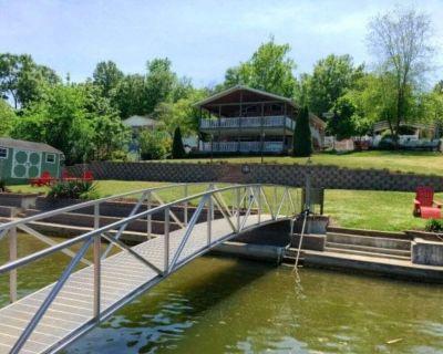 Lakefront living with pool, kayaks, jet ski and pontoon - Greenwood