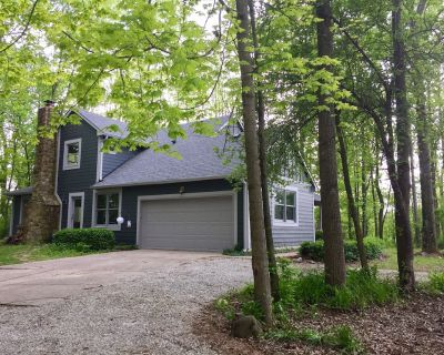 Private wooded retreat in historic town with Golf cart! - Zionsville