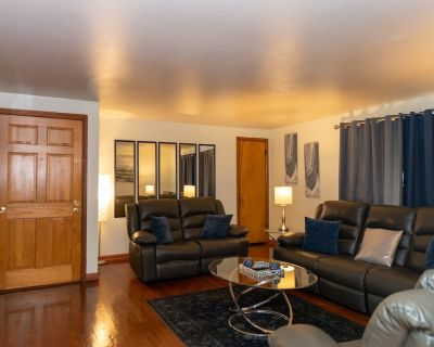 Nice three 3 bedroom unit with free parking and wi-fi - Milwaukee
