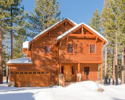Prized Luxury Cabin with Private hot tub, Gas fireplace, & WiFi--close to Village - Stonegate