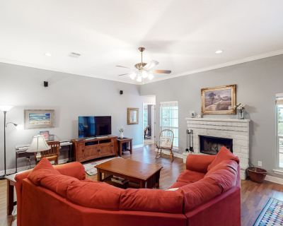Beautiful country home w/central AC, free WiFi, wood-burning fireplace, & deck! - Horseshoe Bay