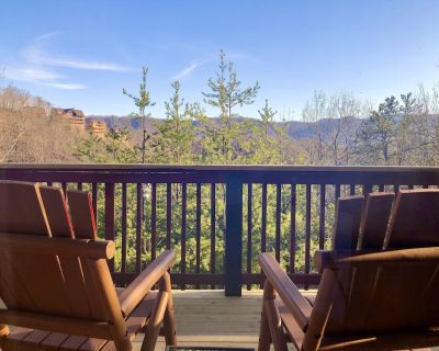 Peaceful views from your deck! King Bed-Hot Tub-Free WiFi-Dogs OK-Good Reviews! - Pigeon Forge