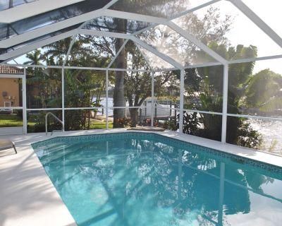 Villa w/ pool, bbq, lanai & gulf canal views, 10min to CapeCoral Pkwy shops - Pelican