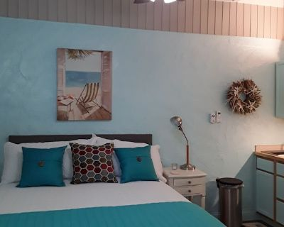 Private retreat walking distance to beautiful beaches and restaurants. - Cortez