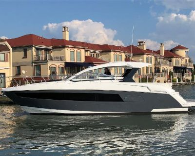 2017 Cruisers Yachts 39 Express Coupe