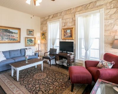Balcony Suite | On Main St. | Pet-friendly - Fredericksburg