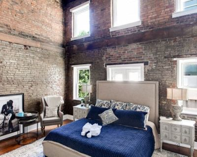Large DT Condo with Parking I Rustic Charm I Spacious - Downtown Louisville