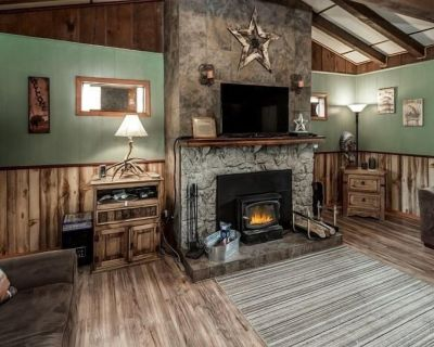 Sierra Vista Lodge: Room for the Whole Gang Plus a Hot Tub and a View! - Ponderosa Heights