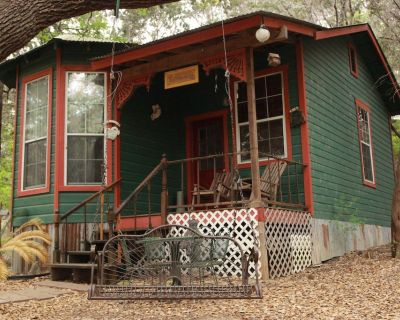 Charming Victorian Cottage sleeps 4 - Marble Falls