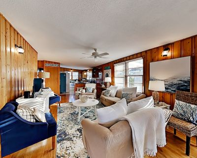 Charming Dual-Suite Beachside Cottage | Ocean Views on Porch | Steps to Sand - Long Beach