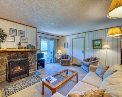 Top floor condo on bus route w/ a private balcony, fireplace & gas grill - Blue River
